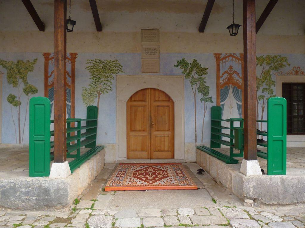 Вход в Чаршийскую мечеть. Фото: Елена Арсениевич, CC BY-SA 3.0