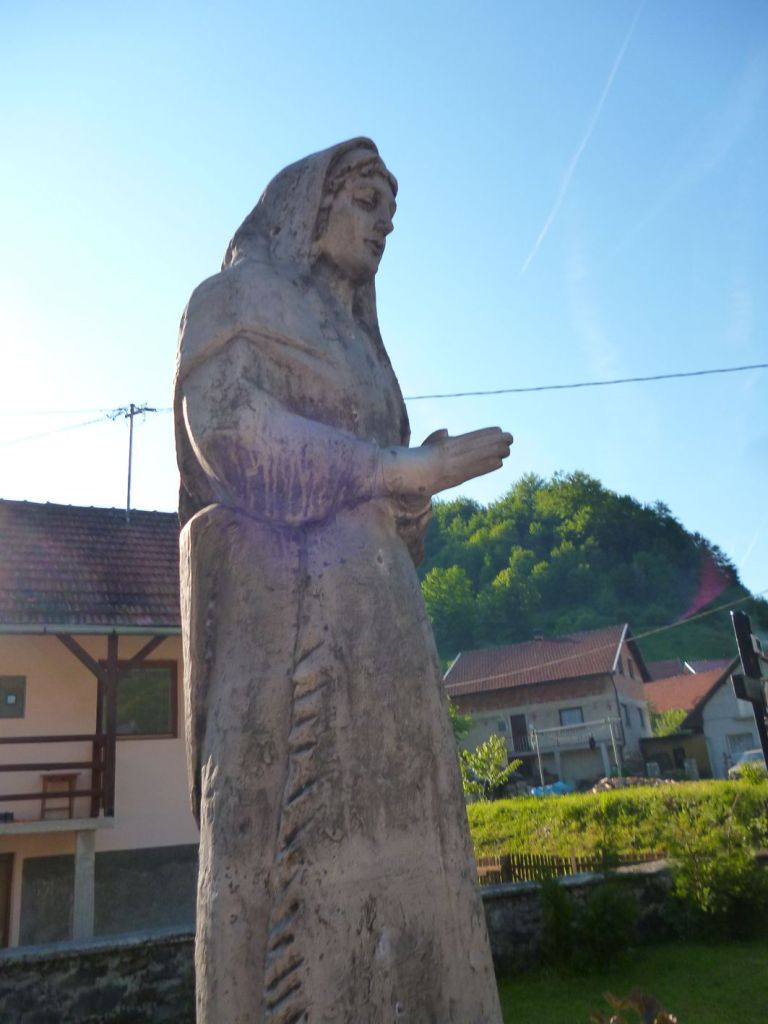 Статуя Девы Марии у входа в церковь. Фото: Елена Арсениевич, CC BY-SA 3.0