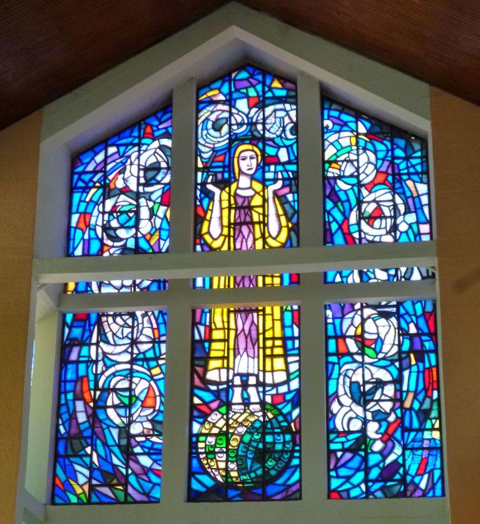 Витраж с образом Девы Марии, автор Иво Дулчич. Фото: Елена Арсениевич, CC BY-SA 3.0