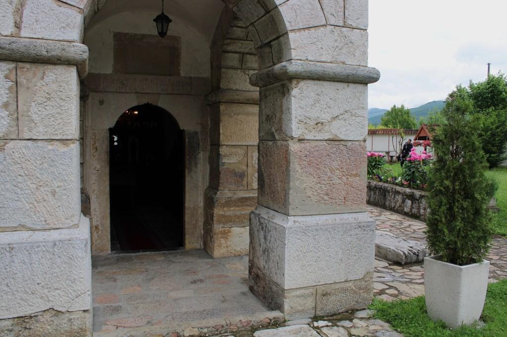 Над входом плита об основании церкви в 15-м веке. Фото: Елена Арсениевич, CC BY-SA 3.0