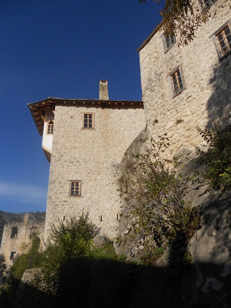 Башня и жилой дом рядом с ней. Фото: Елена Арсениевич, CC BY-SA 3.0