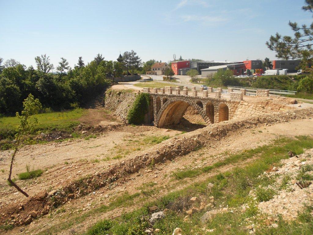 Мост на Ричине я сфотографировала, но русло было совершенно безводным. Фото: Елена Арсениевич, CC BY-SA 3.0
