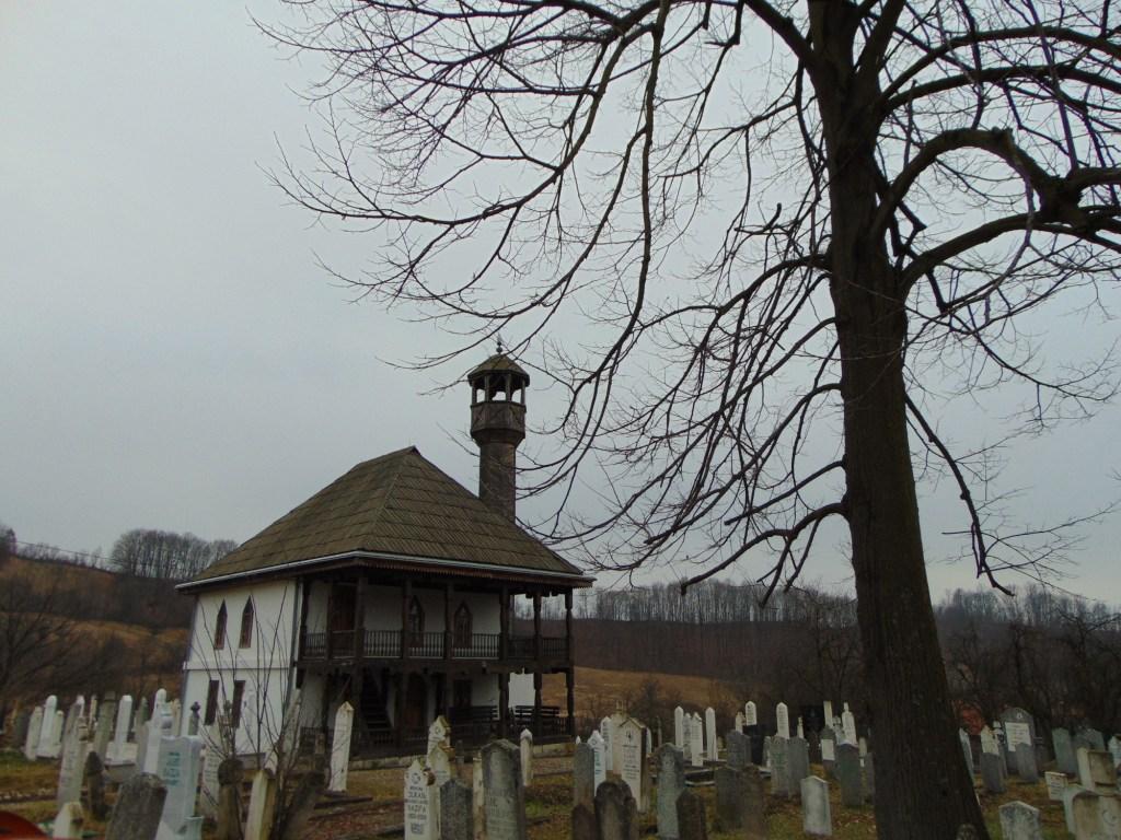 Старое кладбище у стен мечети. Фото: Елена Арсениевич, CC BY-SA 3.0