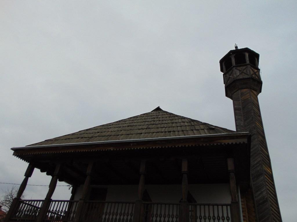 Деревянная крыша и минарет. Фото: Елена Арсениевич, CC BY-SA 3.0