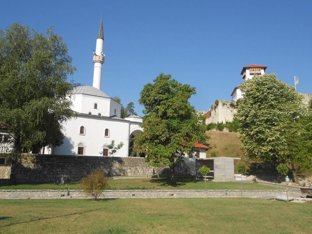 Мечеть у стен крепости. Фото: Елена Арсениевич, CC BY-SA 3.0