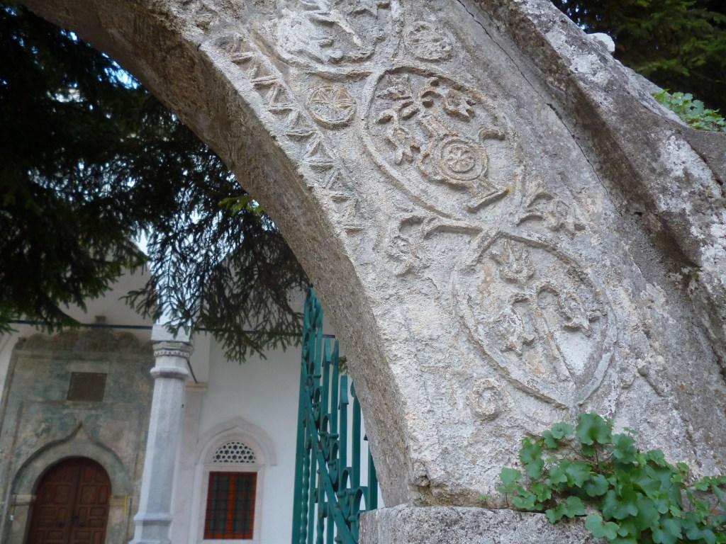Декор арки над входом во двор мечети. Фото: Елена Арсениевич, CC BY-SA 3.0