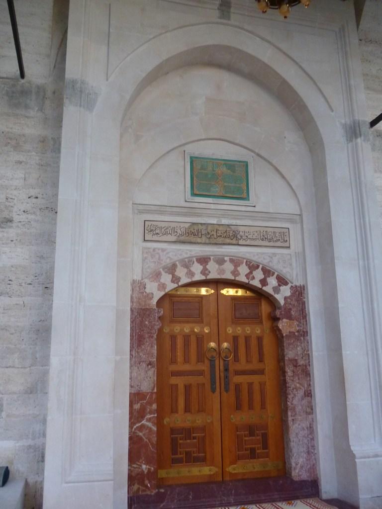 Вход, отделанный мрамором. Фото: Елена Арсениевич, CC BY-SA 3.0
