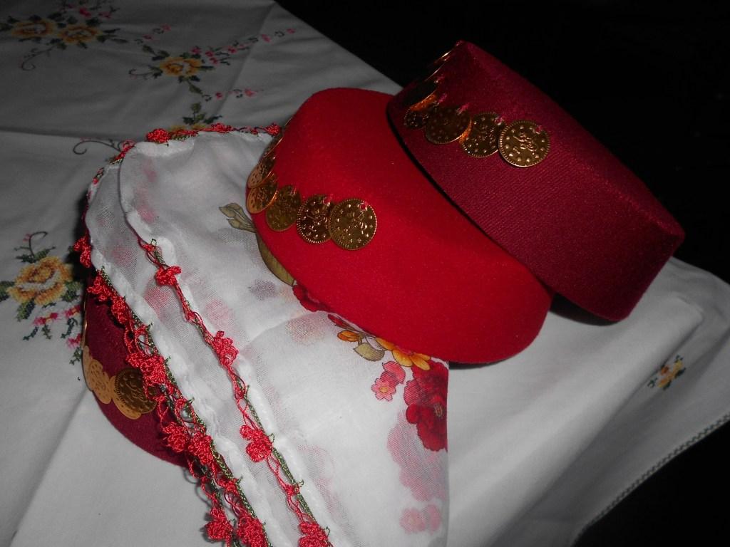 Фески с дукатами и платок-шамия. Фото: Елена Арсениевич, CC BY-SA 3.0