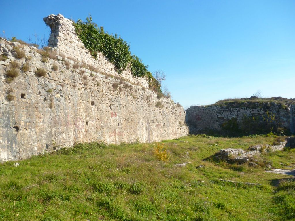 Хорошо сохранившаяся стена. Фото: Елена Арсениевич, CC BY-SA 3.0