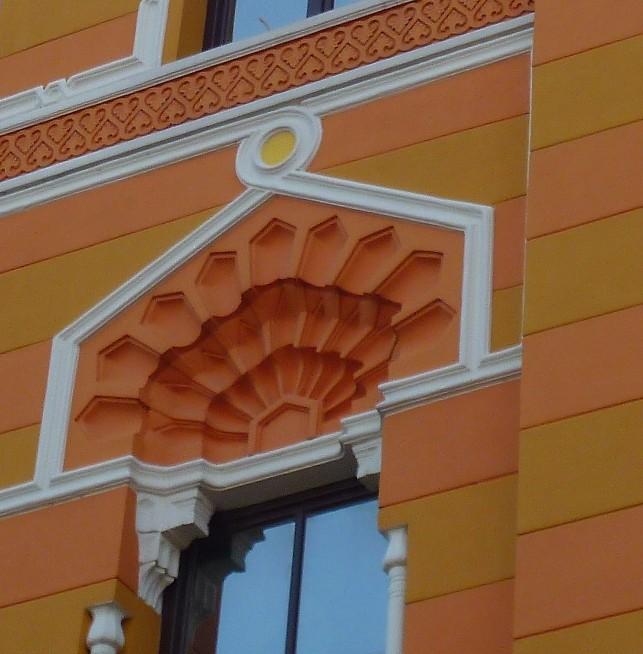«Павлиний хвост» в оформлении окон второго этажа крыльев здания. Фото: Елена Арсениевич, CC BY-SA 3.0
