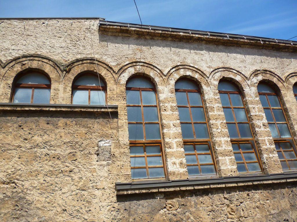 Высокие окна мечети Хададан. Фото: Елена Арсениевич, CC BY-SA 3.0