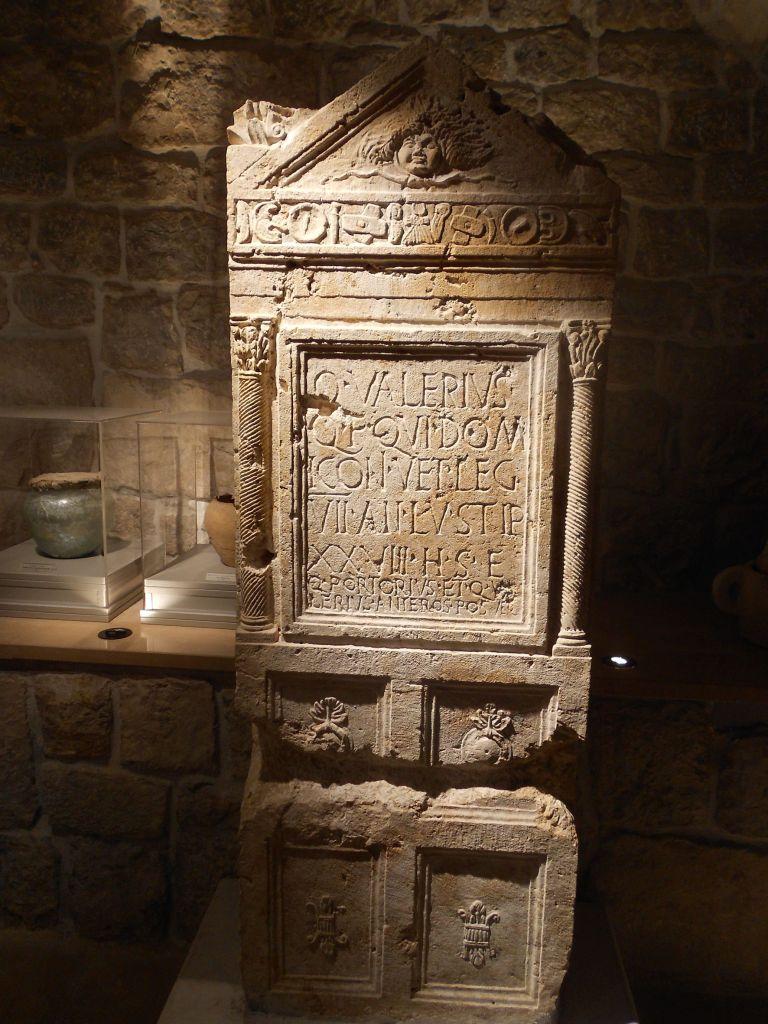 Памятная плита римского периода, которая рассказывает о ремонте храма бога Либера и жены его Либеры, защитников виноградарей и виноделов. Фото: Елена Арсениевич, CC BY-SA 3.0