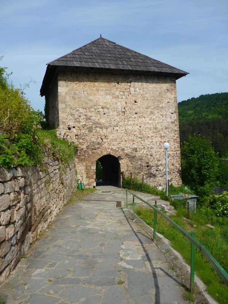 Сторожевая-часовая башня ниже цитадели. Фото: Елена Арсениевич, CC BY-SA 3.0