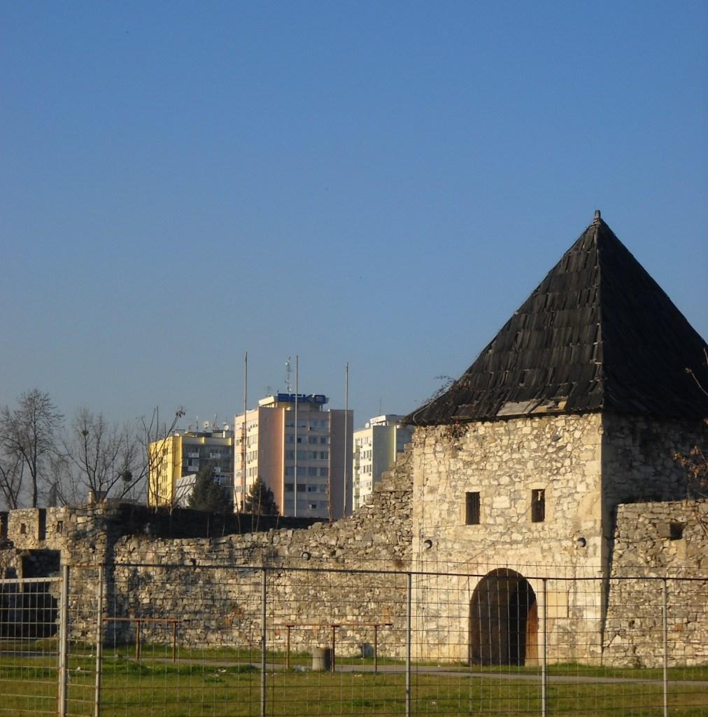 Башня в Кастеле и современные кварталы. Фото: Елена Арсениевич, CC BY-SA 3.0