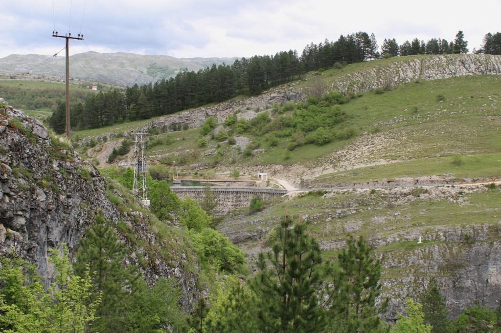 Виден кусочек плотины. Фото: Елена Арсениевич, CC BY-SA 3.0