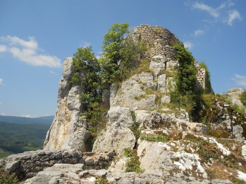 Остатки одной из башен крепости. Фото: Елена Арсениевич, CC BY-SA 3.0
