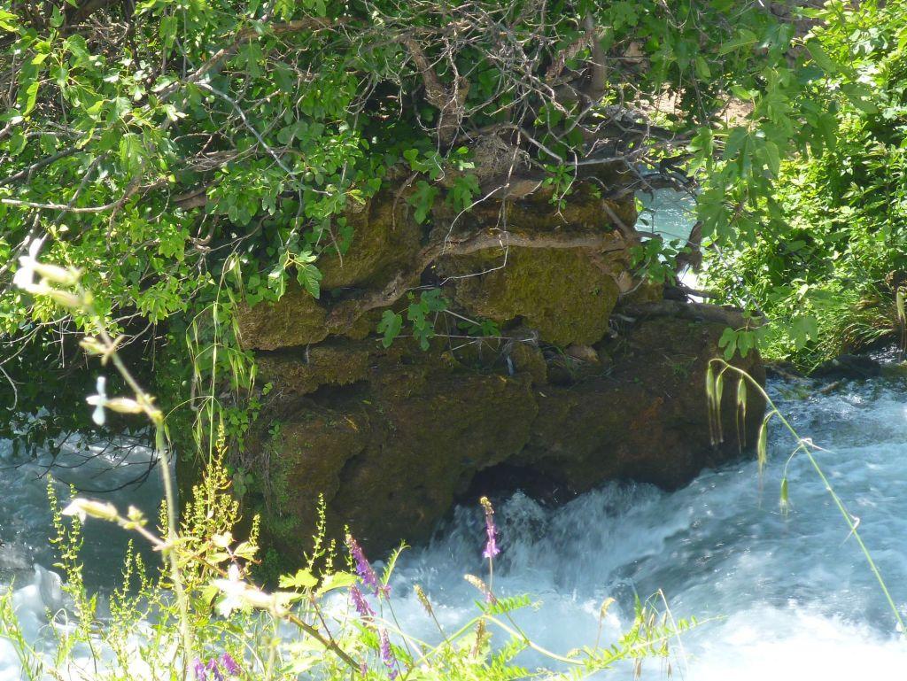 Остатки старой мельницы у водопада. Фото: Елена Арсениевич, CC BY-SA 3.0
