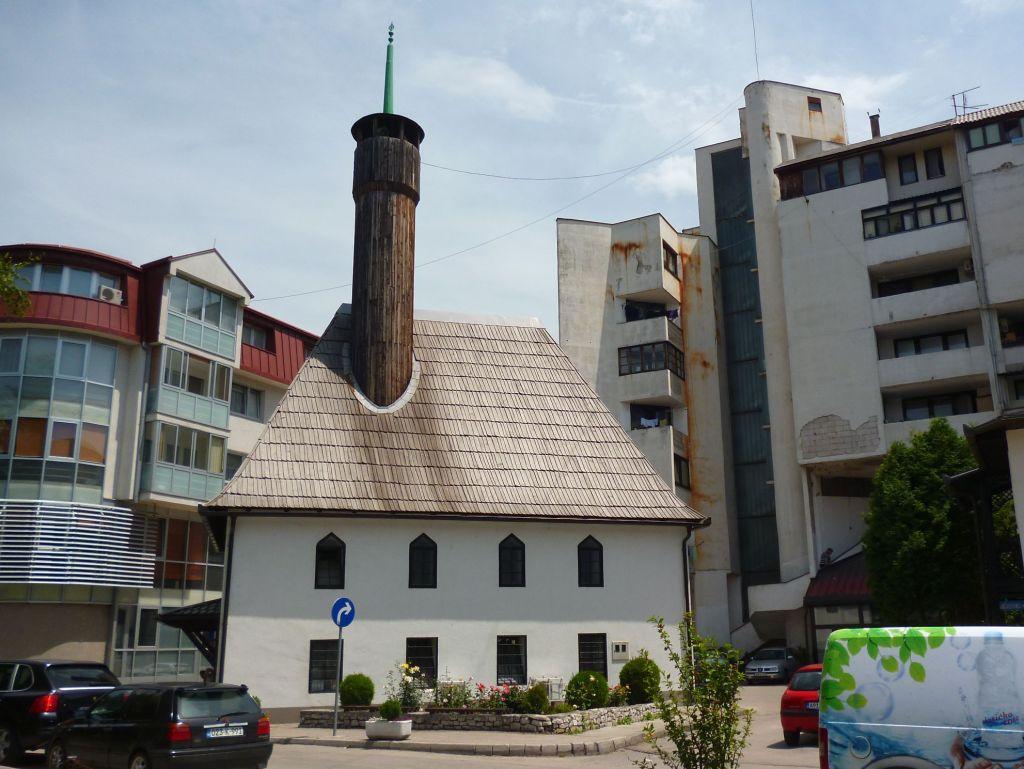 Старинная мечеть в современном окружении. Фото: Елена Арсениевич, CC BY-SA 3.0