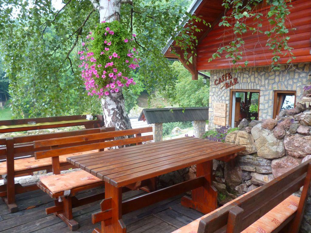 Ресторан с видом на водопады. Фото: Елена Арсениевич, CC BY-SA 3.0