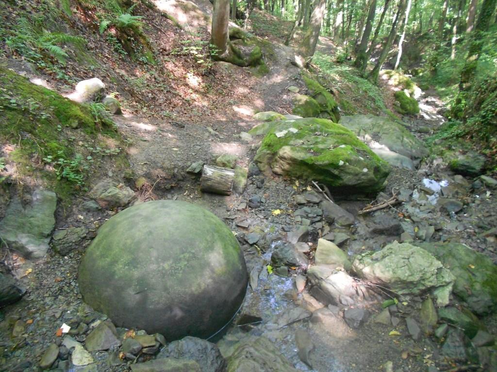 Каменный шар в овраге. Фото: Елена Арсениевич, CC BY-SA 3.0