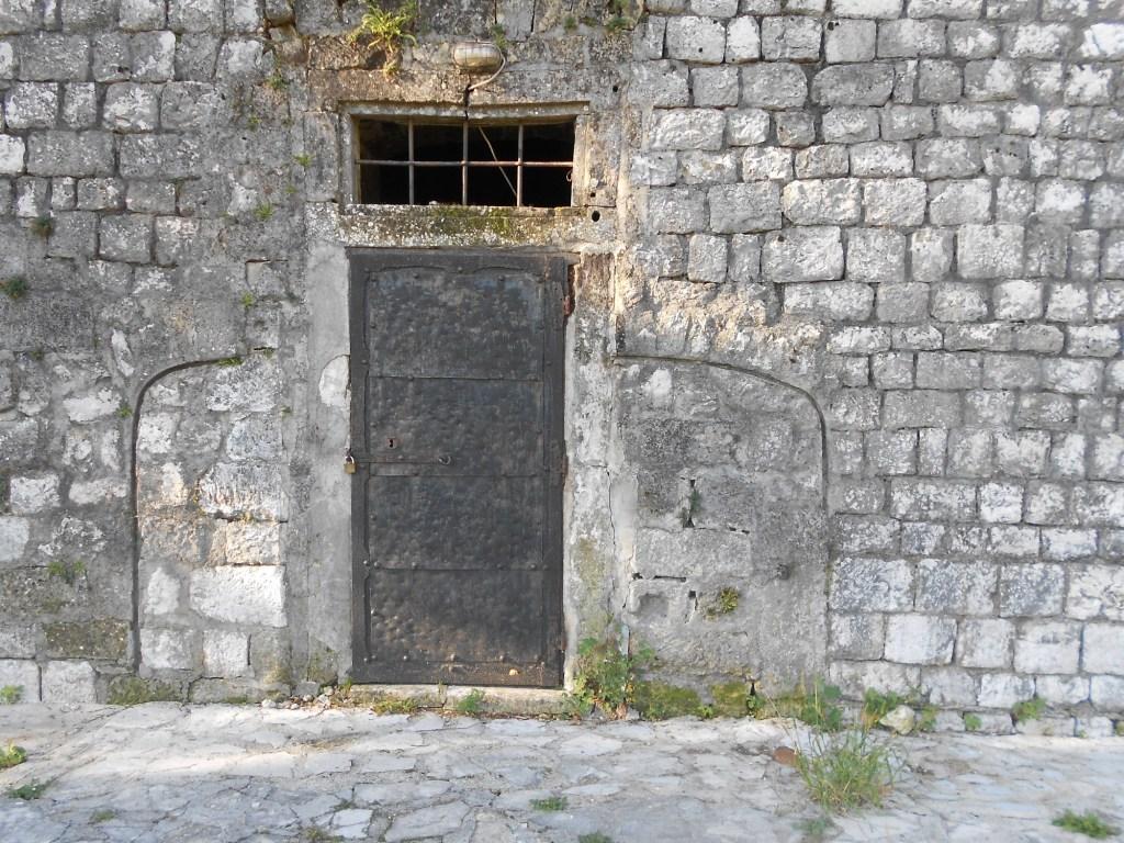 Дверь бывшей тюрьмы. Фото: Елена Арсениевич, CC BY-SA 3.0