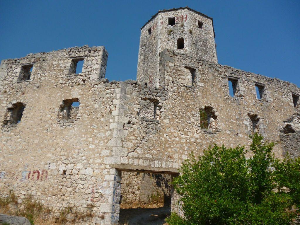 Остатки построек вокруг башни. Фото: Елена Арсениевич, CC BY-SA 3.0