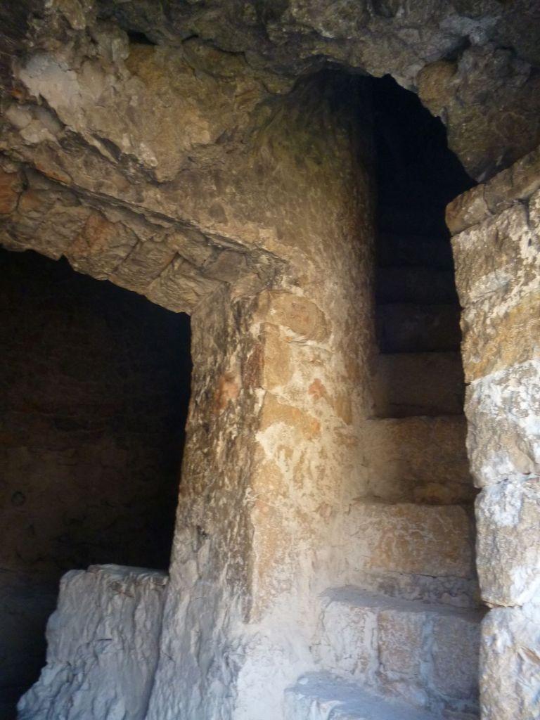 Лестница внутри стен башни узкая, крутая и мрачная. Фото: Елена Арсениевич, CC BY-SA 3.0