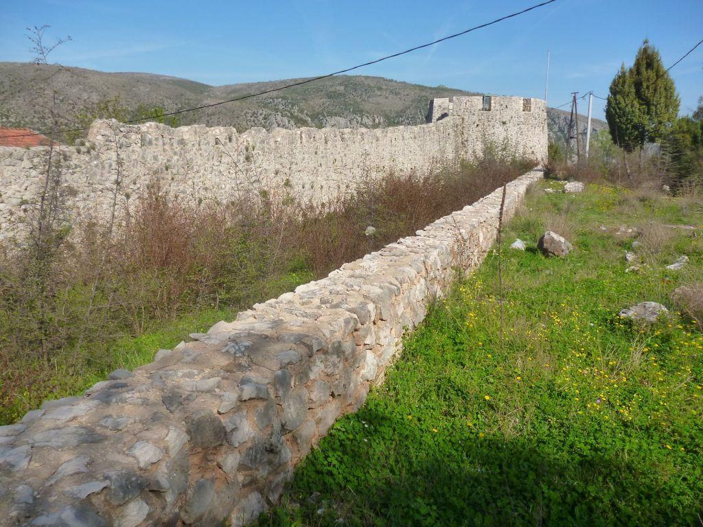 Крепостная стена, ров и башня Кулина. Фото: Елена Арсениевич, CC BY-SA 3.0