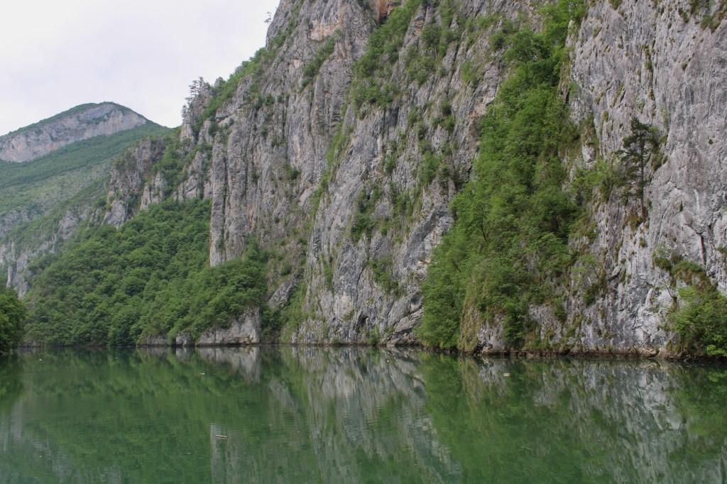 Скалы и вода. Фото: Елена Арсениевич, CC BY-SA 3.0