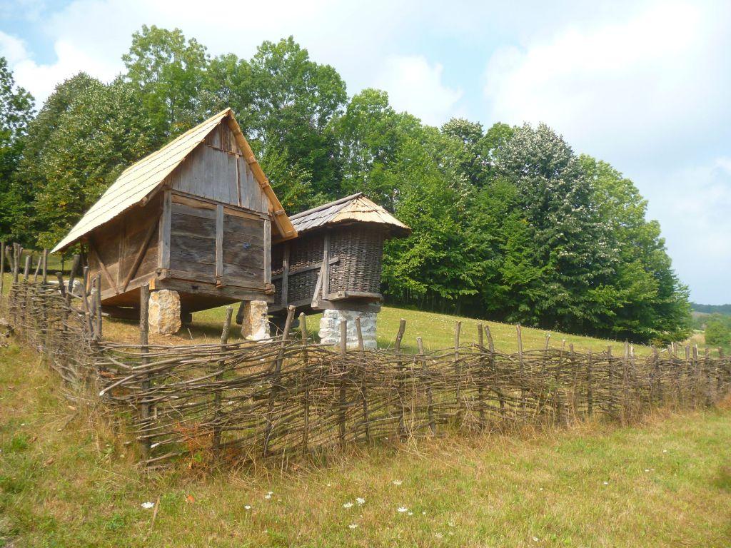 Амбар и постройка для сушки кукурузы. Фото: Елена Арсениевич, CC BY-SA 3.0