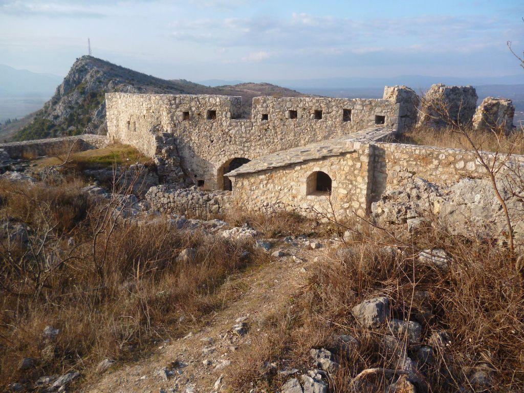 Остатки укреплений у входа. Фото: Елена Арсениевич, CC BY-SA 3.0