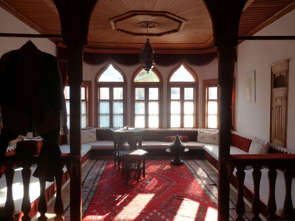 Справа в стене виден шкафчик-долаф. Дом Муслибеговича в Мостаре. Фото: Елена Арсениевич, CC BY-SA 3.0