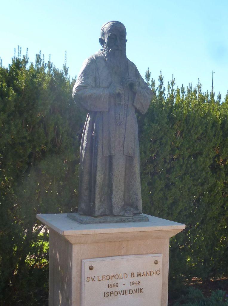 Статуя св. Леопольда Мандича в Меджугорье. Фото: Елена Арсениевич, CC BY-SA 3.0