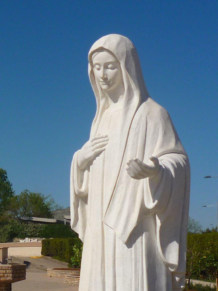 Статуя Девы Марии у церкви. Фото: Елена Арсениевич, CC BY-SA 3.0
