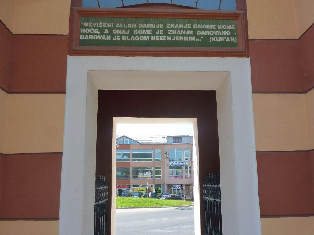 Цитата из Корана над входом. Фото: Елена Арсениевич, CC BY-SA 3.0
