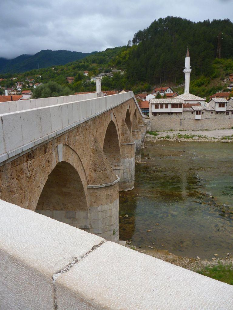 Мост и Чаршийская мечеть. Фото: Елена Арсениевич, CC BY-SA 3.0