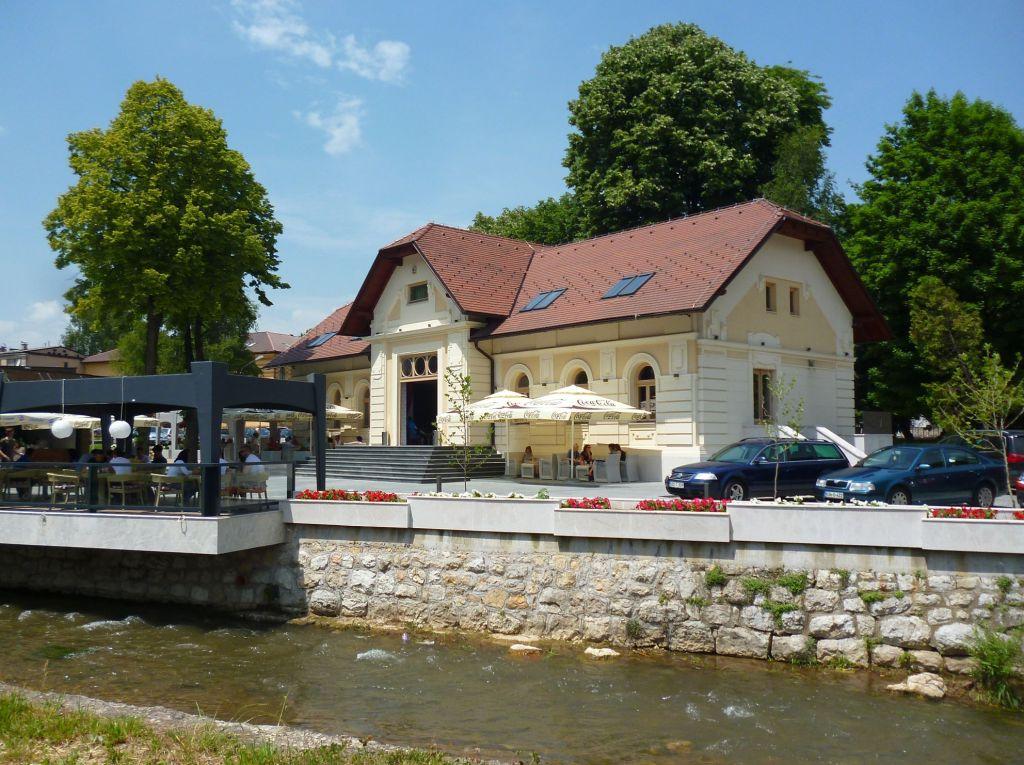 Бывший офицерский дом, сейчас венское кафе. Фото: Елена Арсениевич, CC BY-SA 3.0