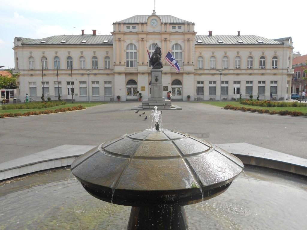 Фонтан и памятник на площади. Фото: Елена Арсениевич, CC BY-SA 3.0