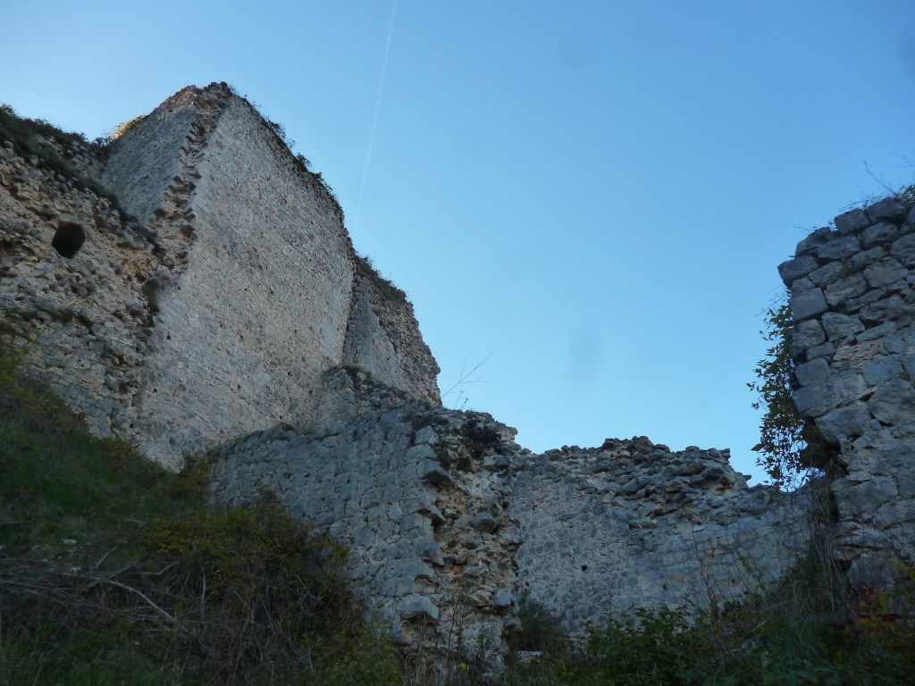 Остатки стен и бастионов. Фото: Елена Арсениевич, CC BY-SA 3.0