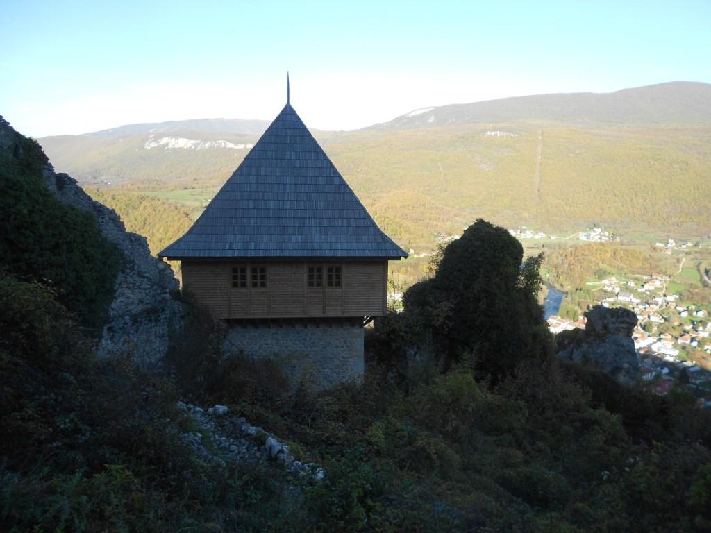 Северная башня с деревянной крышей. Фото: Елена Арсениевич, CC BY-SA 3.0