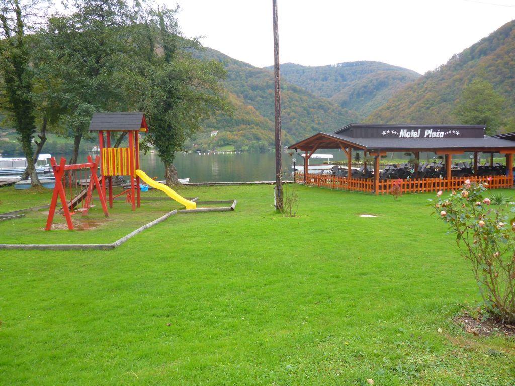 Детская площадка рядом с рестораном. Фото: Елена Арсениевич, CC BY-SA 3.0