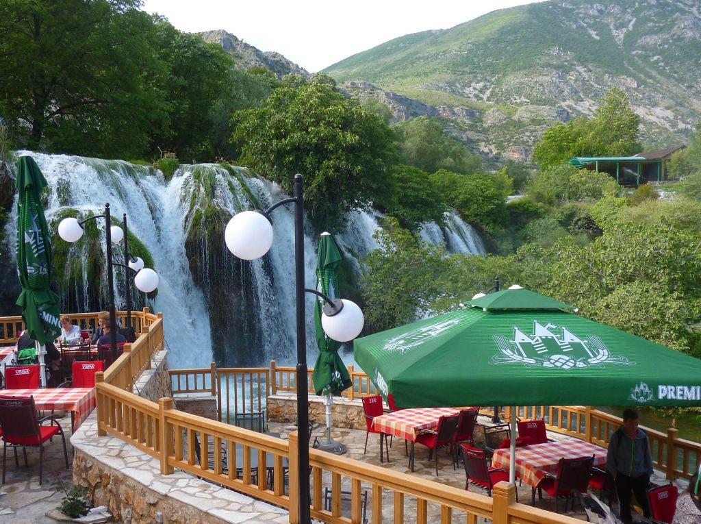 Ресторан под водопадом. Фото: Елена Арсениевич, CC BY-SA 3.0