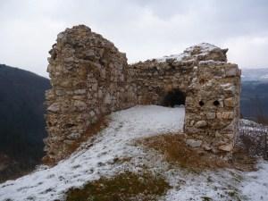 Остатки сторожевой башни. Фото: Елена Арсениевич, CC BY-SA 3.0