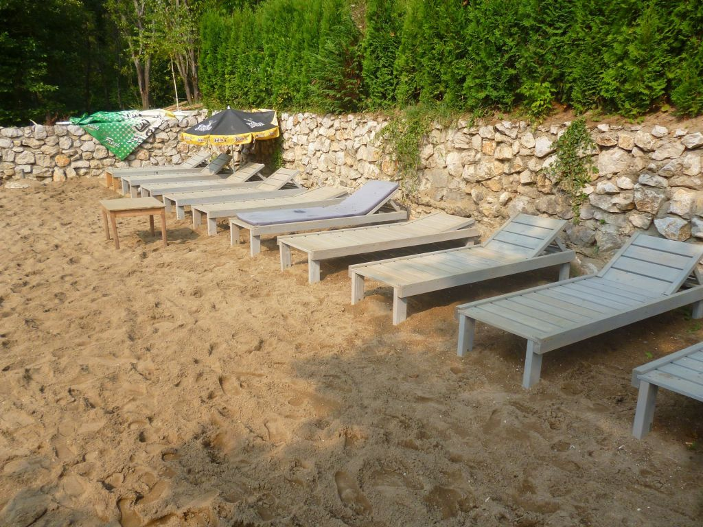 Пляж при рафтинг-центре. Фото: Елена Арсениевич, CC BY-SA 3.0