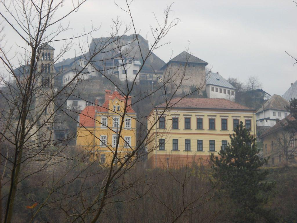 Сахат-кула в городском пейзаже (башня над жёлтыми зданиями). Фото: Елена Арсениевич, CC BY-SA 3.0