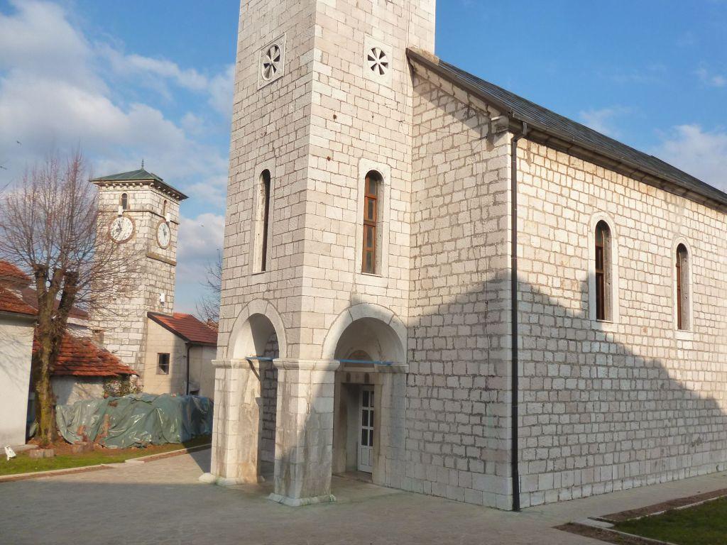 Часовая башня и православная церковь. Фото: Елена Арсениевич, CC BY-SA 3.0