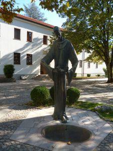 Скульптура св. Франциска (?) у монастыря. Фото: Елена Арсениевич, CC BY-SA 3.0