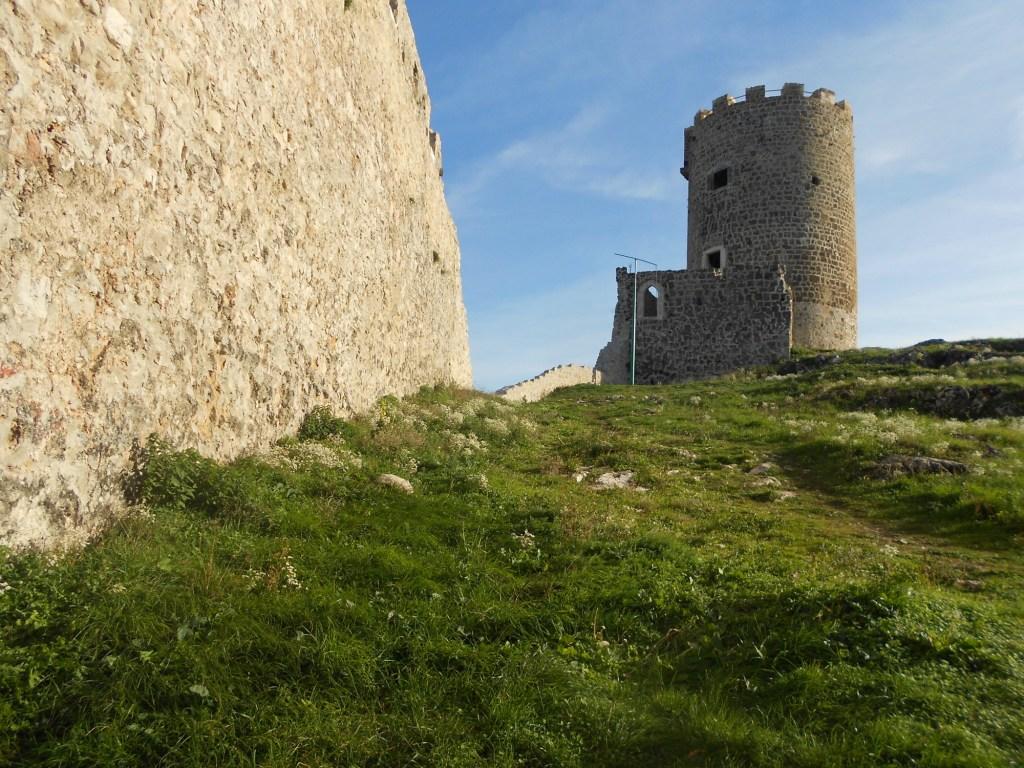 Стена и главная башня. Фото: Елена Арсениевич, CC BY-SA 3.0