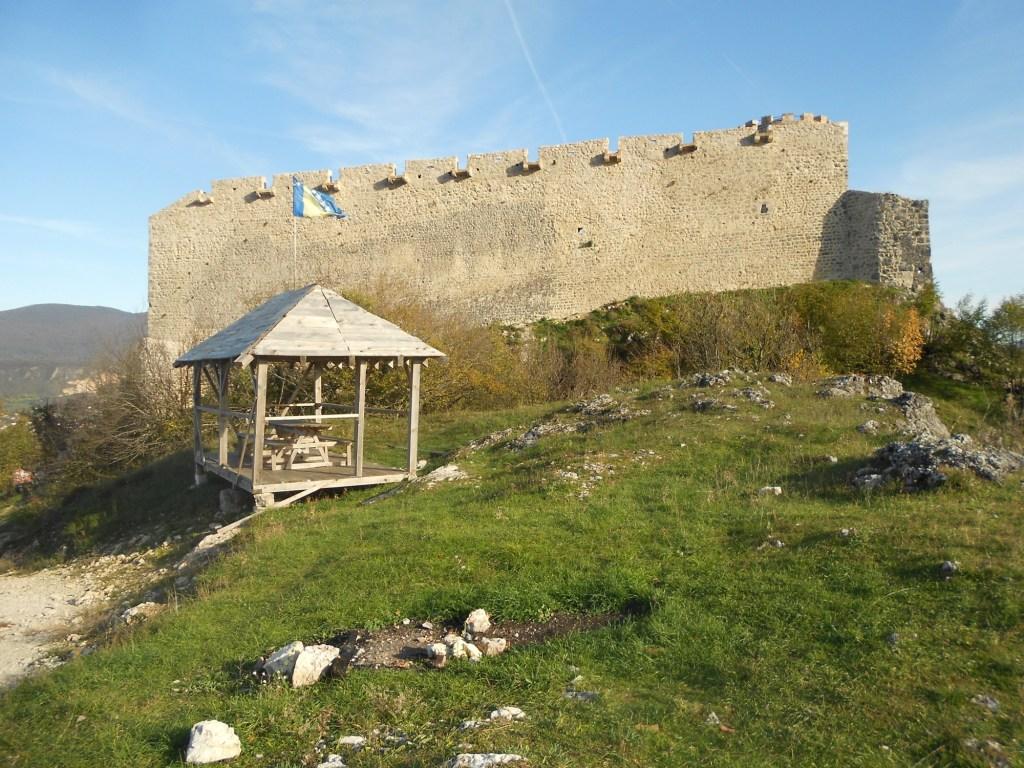 Беседка у входа в крепость. Фото: Елена Арсениевич, CC BY-SA 3.0