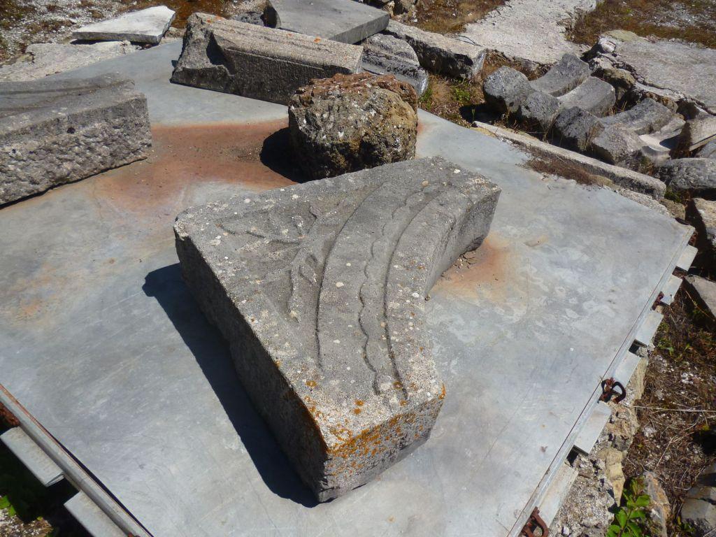 Каменные фрагменты. Фото: Елена Арсениевич, CC BY-SA 3.0
